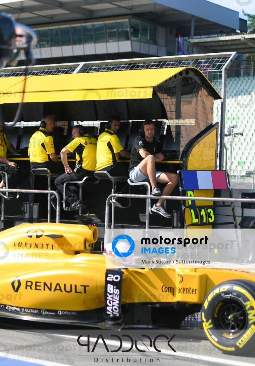 RENAULT F1 PITWALL - 2